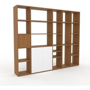 Bücherregal Eiche - Modernes Regal für Bücher: Türen in Weiß - 231 x 195 x 35 cm, Individuell konfigurierbar