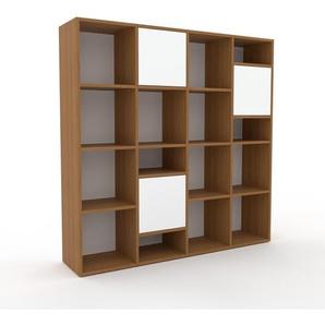 Bücherregal Eiche - Modernes Regal für Bücher: Türen in Weiß - 156 x 157 x 35 cm, Individuell konfigurierbar