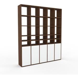 Bücherregal Nussbaum - Modernes Regal für Bücher: Türen in Weiß - 195 x 233 x 35 cm, Individuell konfigurierbar