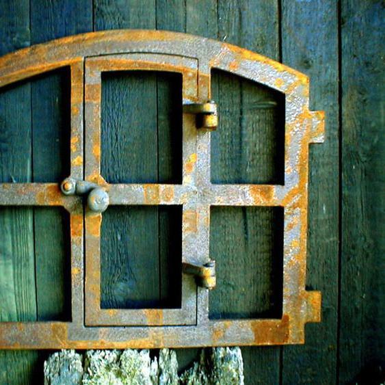 Eisenfenster mit Tür, antik-ländlich zum Öffnen, Stallfenster für Gartenmauer