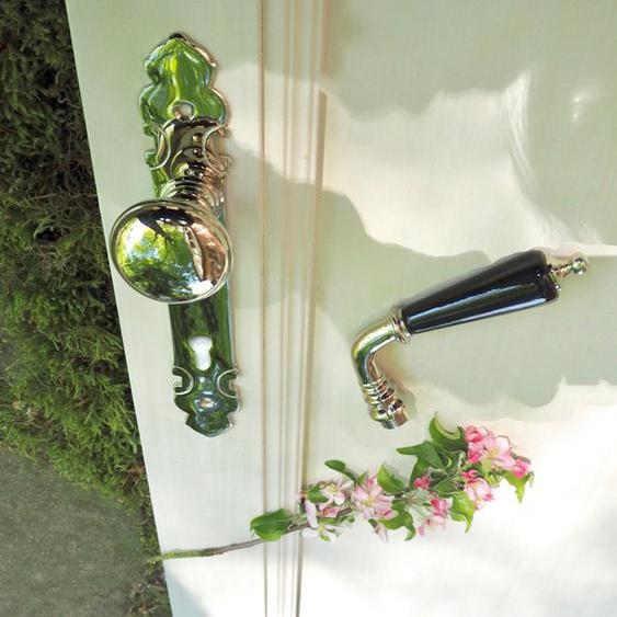 Für die antike Haustür exquisite Türbeschläge mit Knauf wie antik.