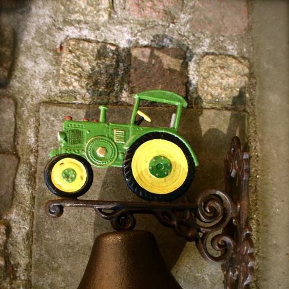 Glocke für die Haustür mit Oldtimer Traktor, hübsche Trecker- Gartenglocke grün