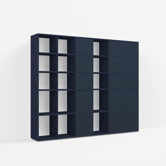 Individualisierbar: Raumtrenner aus Spanplatte in Blau - Moderne Designer-Möbel nach Maß.