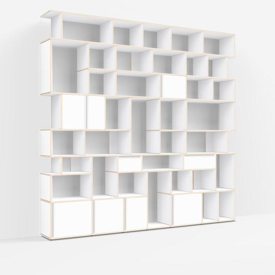 Individualisierbare Bücherwand aus Massivholz in Weiß. Moderne Designer-Möbel