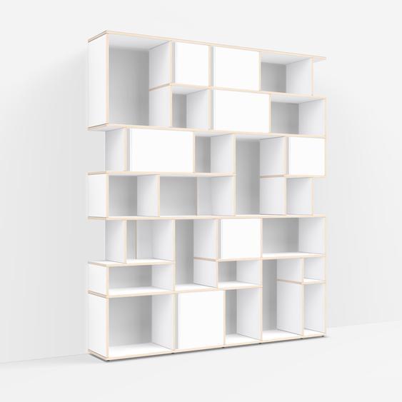 Individualisierbares Bücherregal aus Massivholz in Weiß. Moderne Designer-Möbel nach Maß.