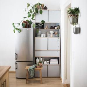 Individualisierbares Bücherregal aus Multiplexplatte in Grau. Moderne Designer-Möbel nach Maß.