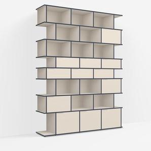 Individualisierbares Bücherregal aus Spanplatte in Beige. Moderne Designer-Möbel nach Maß.