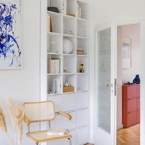Individualisierbares Bücherregal aus Spanplatte in Weiß. Moderne Designer-Möbel nach Maß.