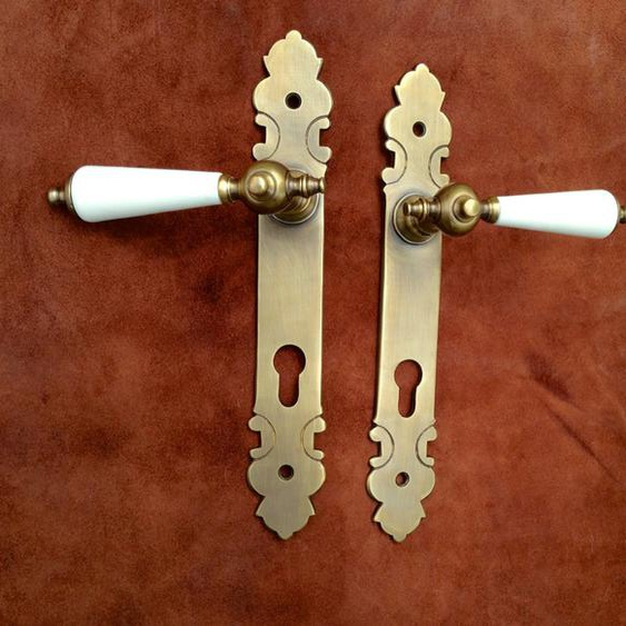Klinkengarnitur für die Haustür, Beschlag mit Porzellanklinken- elfenbein-weiß