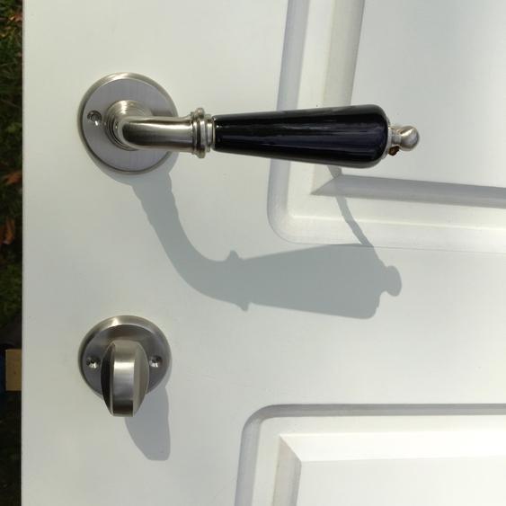 Landhaus-Stil - WC Garnitur, Nickel matt, Keramik schwarz, Drehverschluss Retro