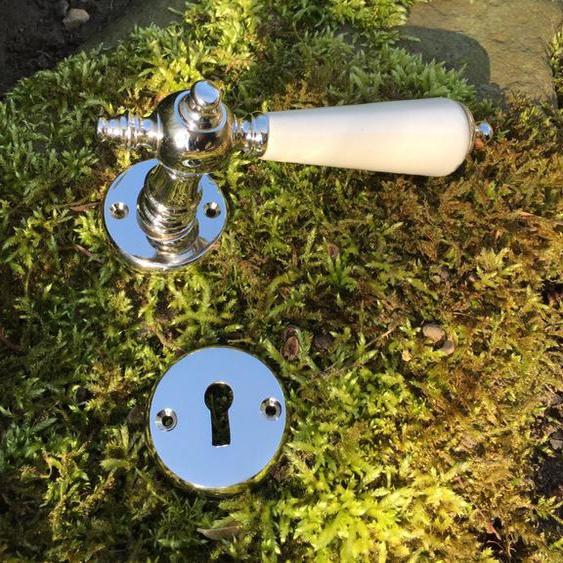 Rosetten-Garnitur, Nickel glänzend, Türklinken mit Porzellangriff elfenbein-weiß