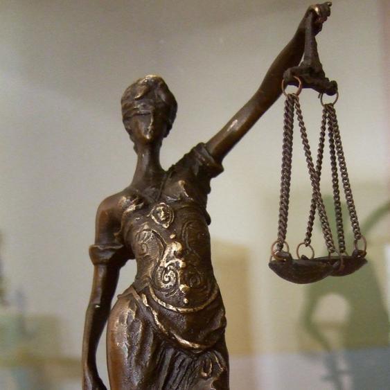 Skulptur Justitia, Bronze Figur, Römische Göttin, Frau mit Waagschalen