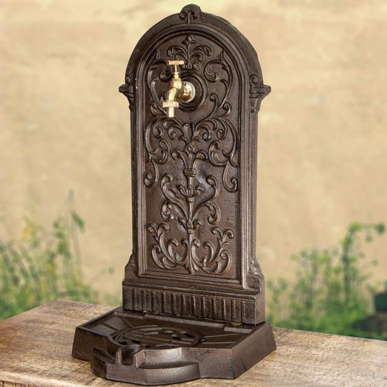 Standbrunnen mit Wasserhahn, Eisen in Braun, wie antik, Gartenbrunnen