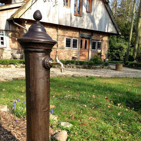 Wasser-Zapfstelle als hübscher Standbrunnen, Stehbrunnen mit Messing-Hahn