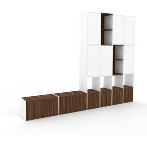 Wohnwand Weiß - Individuelle Designer-Regalwand: Türen in Nussbaum - Hochwertige Materialien - 306 x 233 x 35 cm, Konfigurator