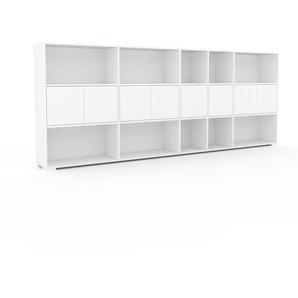 Wohnwand Weiß - Individuelle Designer-Regalwand: Türen in Weiß - Hochwertige Materialien - 303 x 120 x 35 cm, Konfigurator