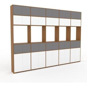 Wohnwand Eiche - Individuelle Designer-Regalwand: Türen in Weiß - Hochwertige Materialien - 375 x 273 x 35 cm, Konfigurator