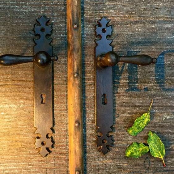 Zimmertür-Beschläge wie antik, gewachst ländliche Klinken-Garnitur fürs Landhaus